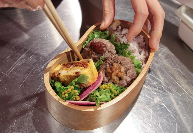 できたお惣菜とお好みの野菜を弁当箱に詰めていきます