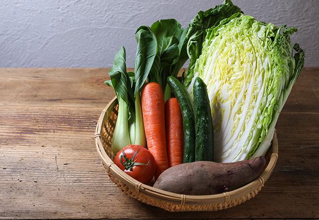 カゴに盛られた美味しそうな野菜
