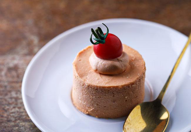 皿に盛られたトマトのレアチーズケーキ