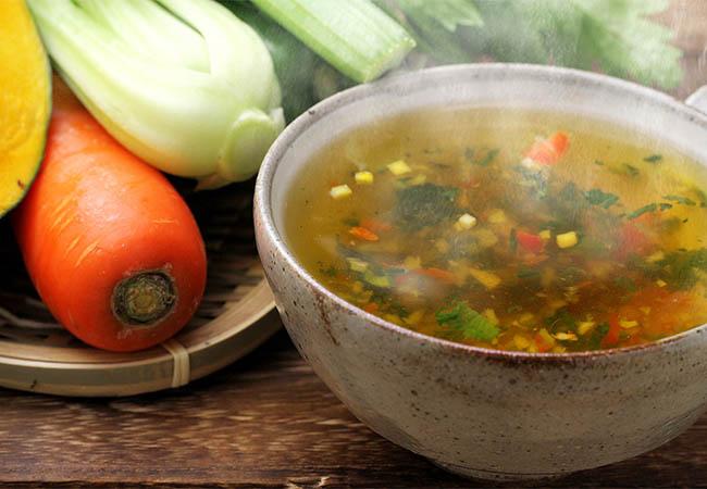 湯気が上がる野菜もりもりスープ